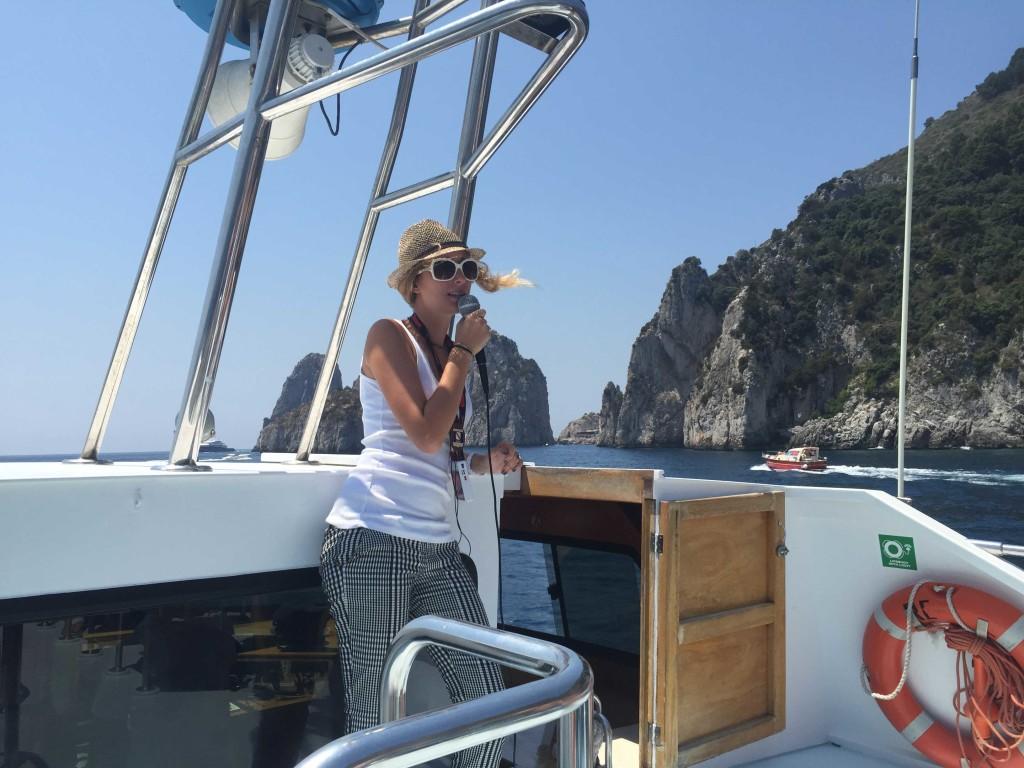 Guide-explaining-during-Capri-tour
